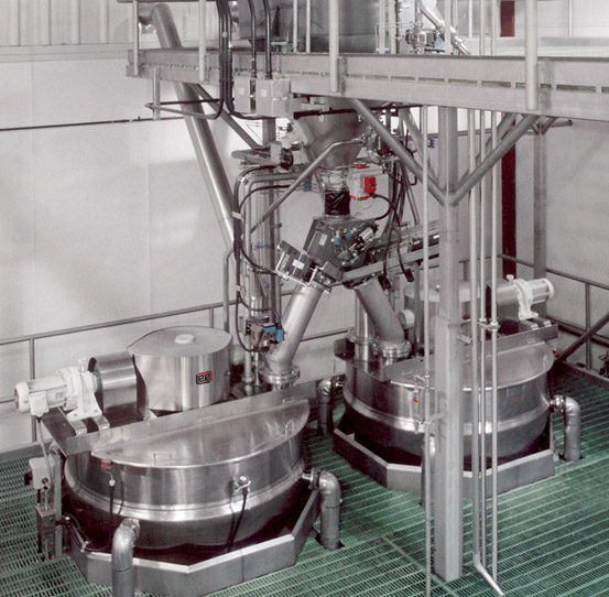Automatic diverting valve transfers corn from holding hopper to simmer kettles beneath