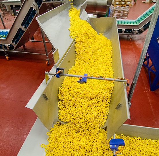Pellet snacks on SwitchBack accumulation conveyor