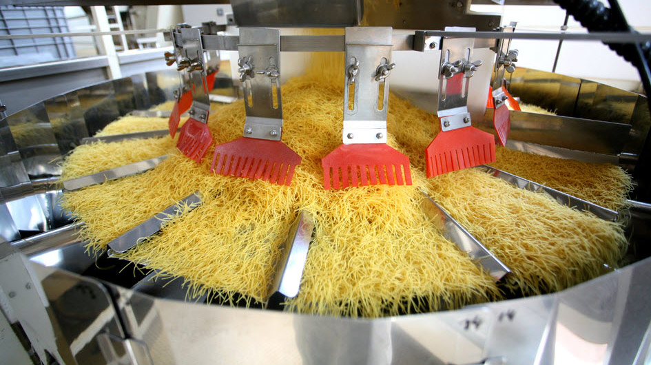 Weighing and packaging pasta